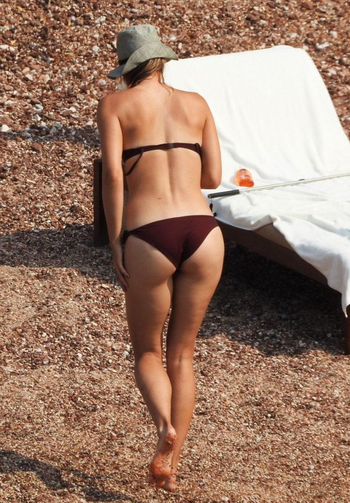 maria-sharapova-in-bikini-at-a-beach-in-montenegro-07-19-2015_2