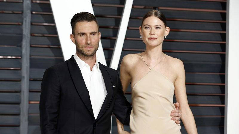 Behati Prinsloo modell férje, Adam levine mellett sem fogta vissza magát