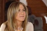 Jennifer Aniston csak forró törölközőt kapott zuhanyzó helyett