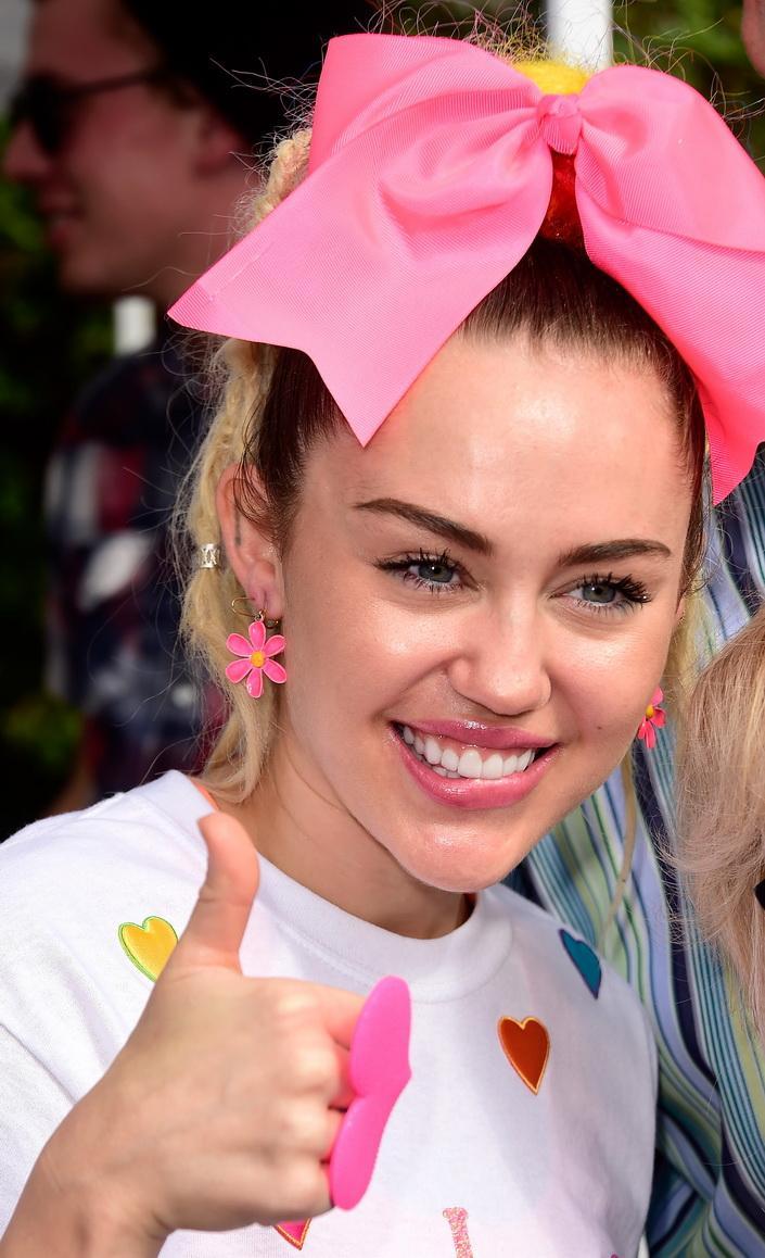 Miley_Cyrus1_-PRORIMEDIA-REDDOT_705