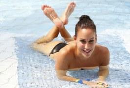 Bikiniben cigánykerekezik Vajna Timi a malibui tengerparton – Videó