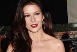 A bikinis Catherine Zeta-Jones közel ötvenévesen is dögös